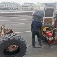 Сегодня в районе Кремлёвской набережной, равноколесный экскаватор вынужден был приостановить свою работу по причине серьезного чп, которое привело к коллапсу на стройке. А причиной стало, взорвавшееся колесо. Случай экстренный, кто может помочь? Мы! На такие случаи у нас на складе есть новая и б.у. резина, а если нет вашего размера, то для нас и это не проблема) Будьте осторожны! #шиномонтаж #выезднойшиномонтаж #шиномонтажспецтехники